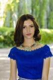 Muchacha hermosa en un vestido azul con el pelo oscuro Fotos de archivo