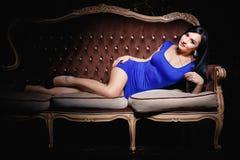 Muchacha hermosa en un vestido azul corto atractivo fotos de archivo libres de regalías