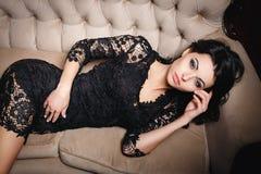 Muchacha hermosa en un vestido corto atractivo fotos de archivo