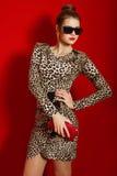 Muchacha hermosa en un vestido de moda y un embrague rojo Imagen de archivo libre de regalías