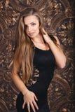 Muchacha hermosa en un vestido del negro sexy Foto de archivo