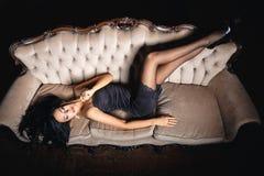 Muchacha hermosa en un vestido del negro sexy Fotografía de archivo libre de regalías