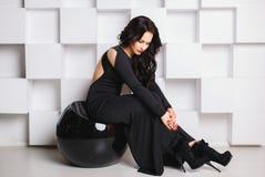Muchacha hermosa en un vestido del negro sexy imagenes de archivo