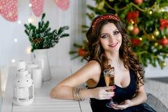 Muchacha hermosa en un vestido elegante, Año Nuevo, la Navidad Fotos de archivo