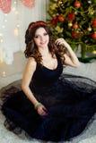 Muchacha hermosa en un vestido elegante, Año Nuevo, la Navidad Foto de archivo libre de regalías