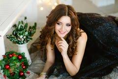 Muchacha hermosa en un vestido elegante, Año Nuevo, la Navidad Fotos de archivo libres de regalías