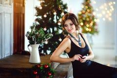 Muchacha hermosa en un vestido elegante, Año Nuevo, la Navidad Foto de archivo