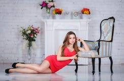 Muchacha hermosa en un vestido rojo atractivo fotos de archivo libres de regalías
