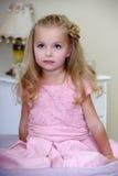 Muchacha hermosa en un vestido rosado foto de archivo