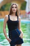 Muchacha hermosa en un vestido sexy cerca de la piscina imagen de archivo libre de regalías