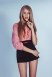 Muchacha hermosa en una camisa rosada y pantalones cortos negros Fotografía de archivo libre de regalías
