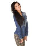Muchacha hermosa en una camisa y vaqueros del dril de algodón Imágenes de archivo libres de regalías