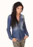 Muchacha hermosa en una camisa y vaqueros del dril de algodón Imagen de archivo