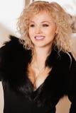 Muchacha hermosa en una chaqueta negra con el cuello Fotografía de archivo libre de regalías