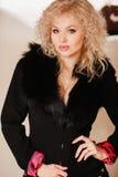 Muchacha hermosa en una chaqueta negra con el cuello Fotos de archivo libres de regalías