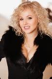 Muchacha hermosa en una chaqueta negra con el cuello Foto de archivo libre de regalías