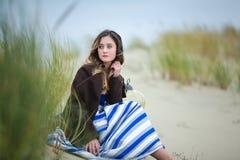 Muchacha hermosa en una duna Imagen de archivo