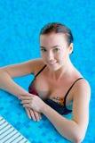 Muchacha hermosa en una piscina Imágenes de archivo libres de regalías