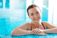 Muchacha hermosa en una piscina Fotografía de archivo