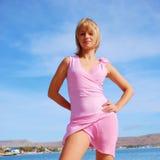 Muchacha hermosa en una playa en una alineada corta atractiva Fotos de archivo libres de regalías