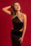 Muchacha hermosa en una presentación negra larga del vestido Fotografía de archivo libre de regalías