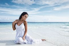 Muchacha hermosa en una ropa interior blanca atractiva en una cama Fotos de archivo libres de regalías