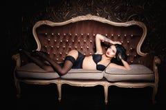Muchacha hermosa en una ropa interior del negro sexy Fotos de archivo