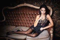 Muchacha hermosa en una ropa interior del negro sexy Fotografía de archivo