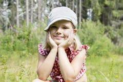 Muchacha hermosa en una sonrisa del sombrero Imagen de archivo
