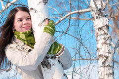 Muchacha hermosa en verde sobre árbol y el cielo azul Fotografía de archivo libre de regalías