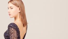 Muchacha hermosa en vestido atractivo de la espalda abierta Fotografía de archivo libre de regalías