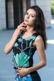Muchacha hermosa en vestido brillante en el fondo urbano Foto de archivo libre de regalías