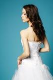 Muchacha hermosa en vestido de boda en fondo azul Fotos de archivo libres de regalías