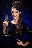 Muchacha hermosa en vestido de noche con la copa de vino Noche Vieja Foto de archivo libre de regalías
