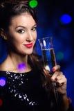 Muchacha hermosa en vestido de noche con la copa de vino Noche Vieja Fotos de archivo