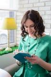 Muchacha hermosa en vestido verde con la tableta Imagenes de archivo