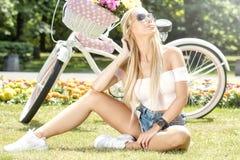 Muchacha hermosa en viaje de la bicicleta Imagenes de archivo