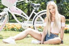 Muchacha hermosa en viaje de la bicicleta Foto de archivo libre de regalías