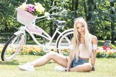 Muchacha hermosa en viaje de la bicicleta Foto de archivo