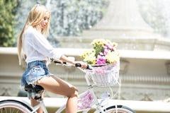 Muchacha hermosa en viaje de la bicicleta Fotos de archivo libres de regalías