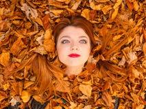Muchacha hermosa entre las hojas Fotos de archivo libres de regalías