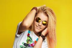 Muchacha hermosa feliz del adolescente en gafas de sol Mujer joven de la belleza Imagen de archivo libre de regalías