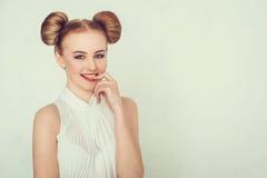 Muchacha hermosa feliz del retrato del primer con el peinado divertido Expresión astuta y proyectora de la cara de la mujer joven Imágenes de archivo libres de regalías