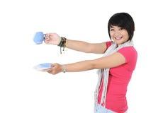 Muchacha hermosa feliz que sostiene una taza Fotografía de archivo libre de regalías