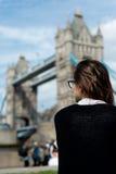 Muchacha hermosa fresca que mira el puente de la torre de Londres Fotografía de archivo libre de regalías