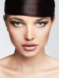 Muchacha hermosa hairstyle franja Maquillaje profesional Mujer joven de la belleza Fotos de archivo libres de regalías
