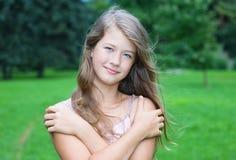 Muchacha hermosa joven con el pelo largo Imágenes de archivo libres de regalías