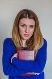 Muchacha hermosa joven con el profesor largo del pelo con los vidrios con un libro en sus manos después de la conferencia Fotografía de archivo libre de regalías