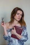 Muchacha hermosa joven con el profesor largo del pelo con los vidrios con un libro en sus manos después de la conferencia Foto de archivo libre de regalías