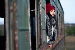 Muchacha hermosa joven con el sombrero rojo Imagen de archivo libre de regalías